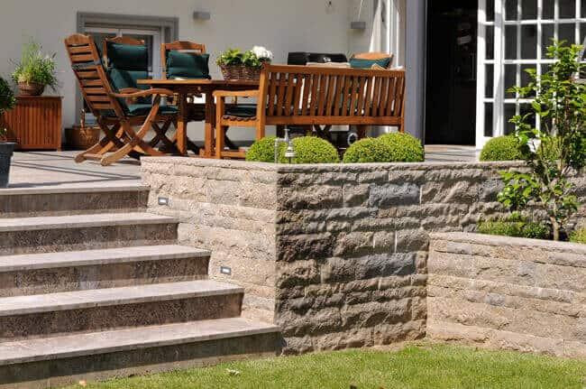 Natursteinmauer an einer Terrasse