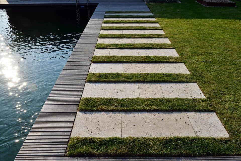 Natursteinplatten als Gartenweg