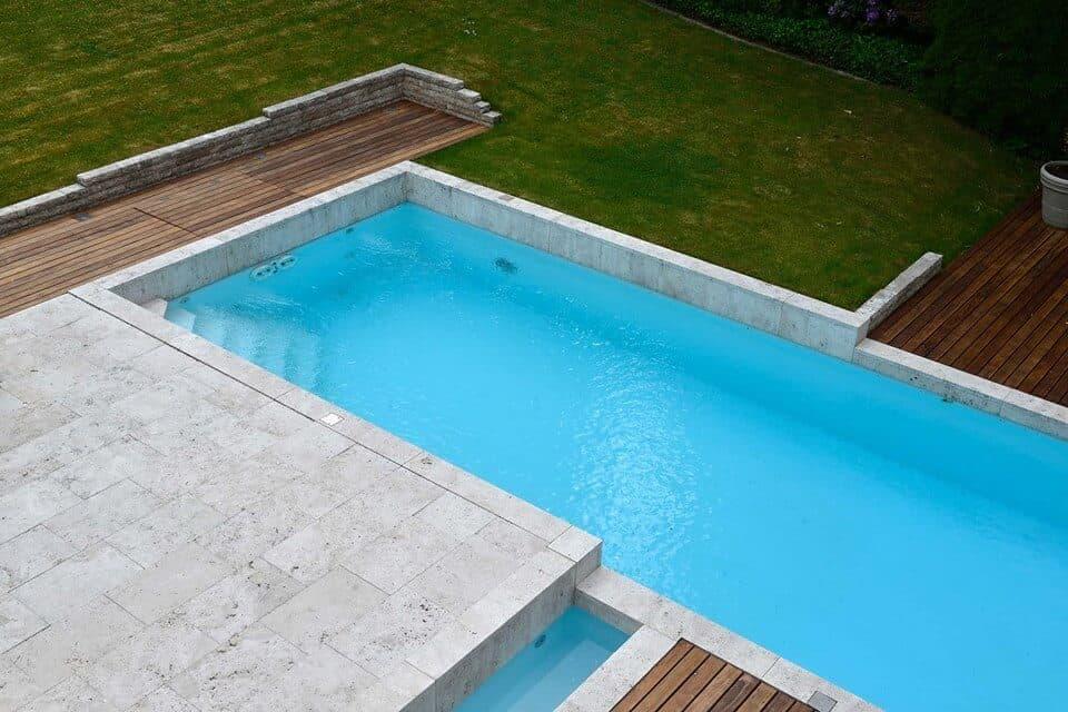 Pool mit Terrasse aus Natursteinplatten