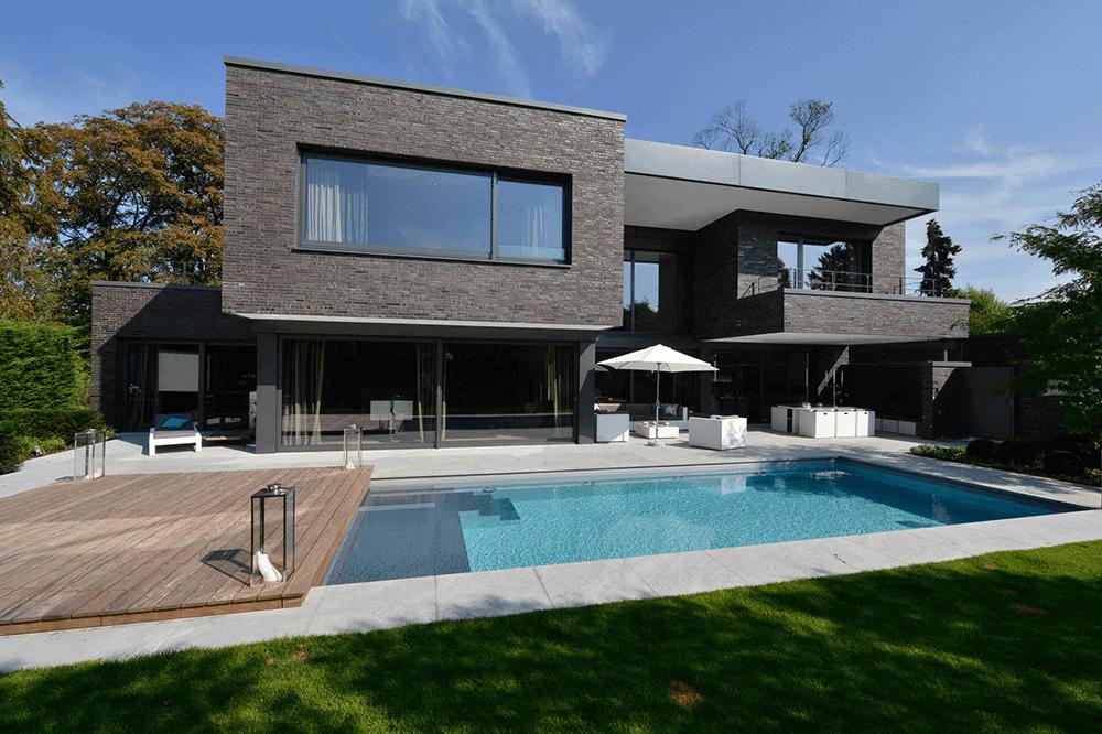 Pool mit Umrandung aus Naturstein