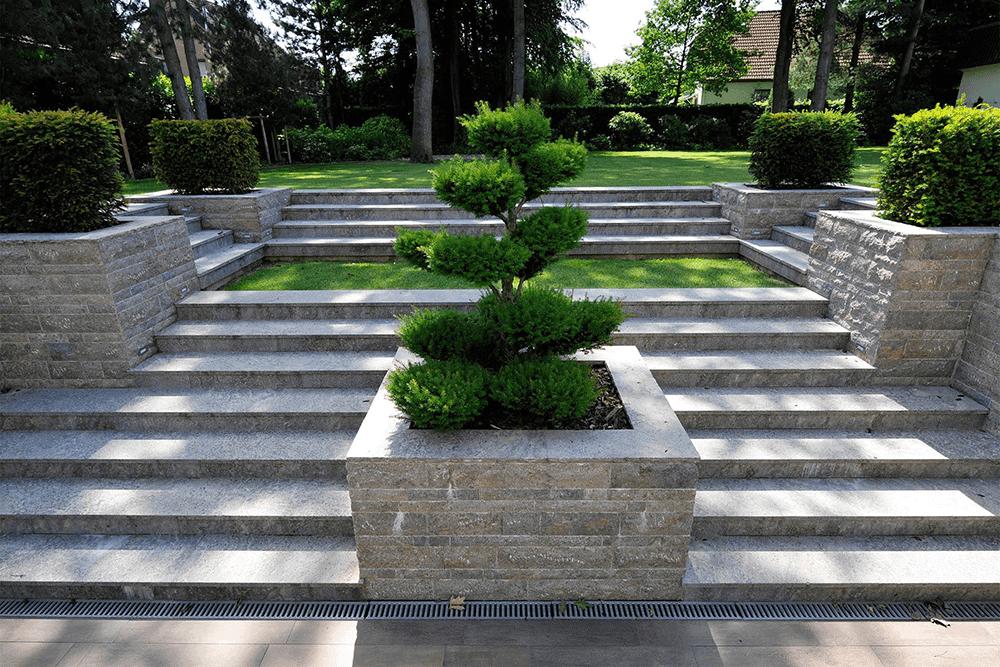 Steintreppe mit Bepflanzung