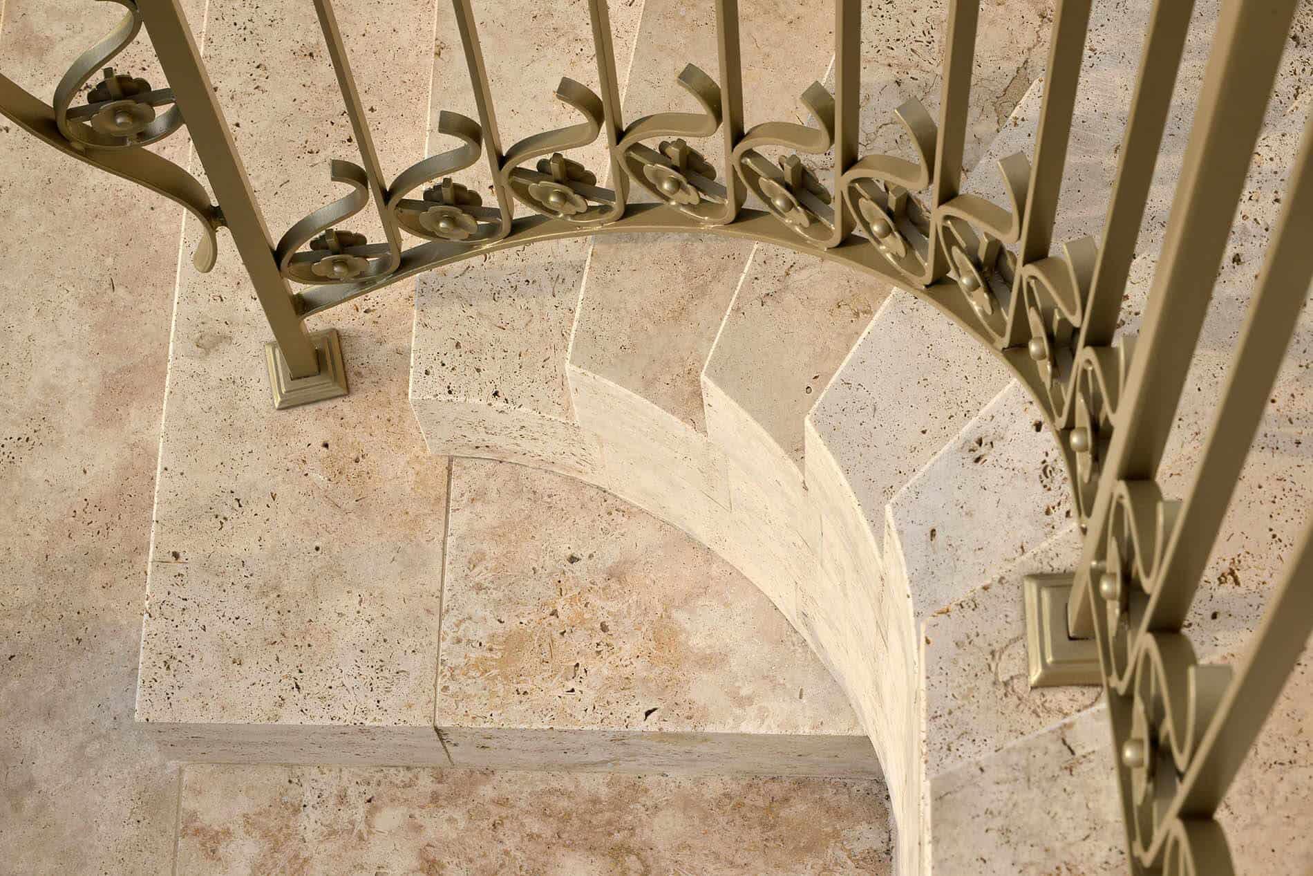 Steintreppe mit Richtungswechsel und elegantem Geländer