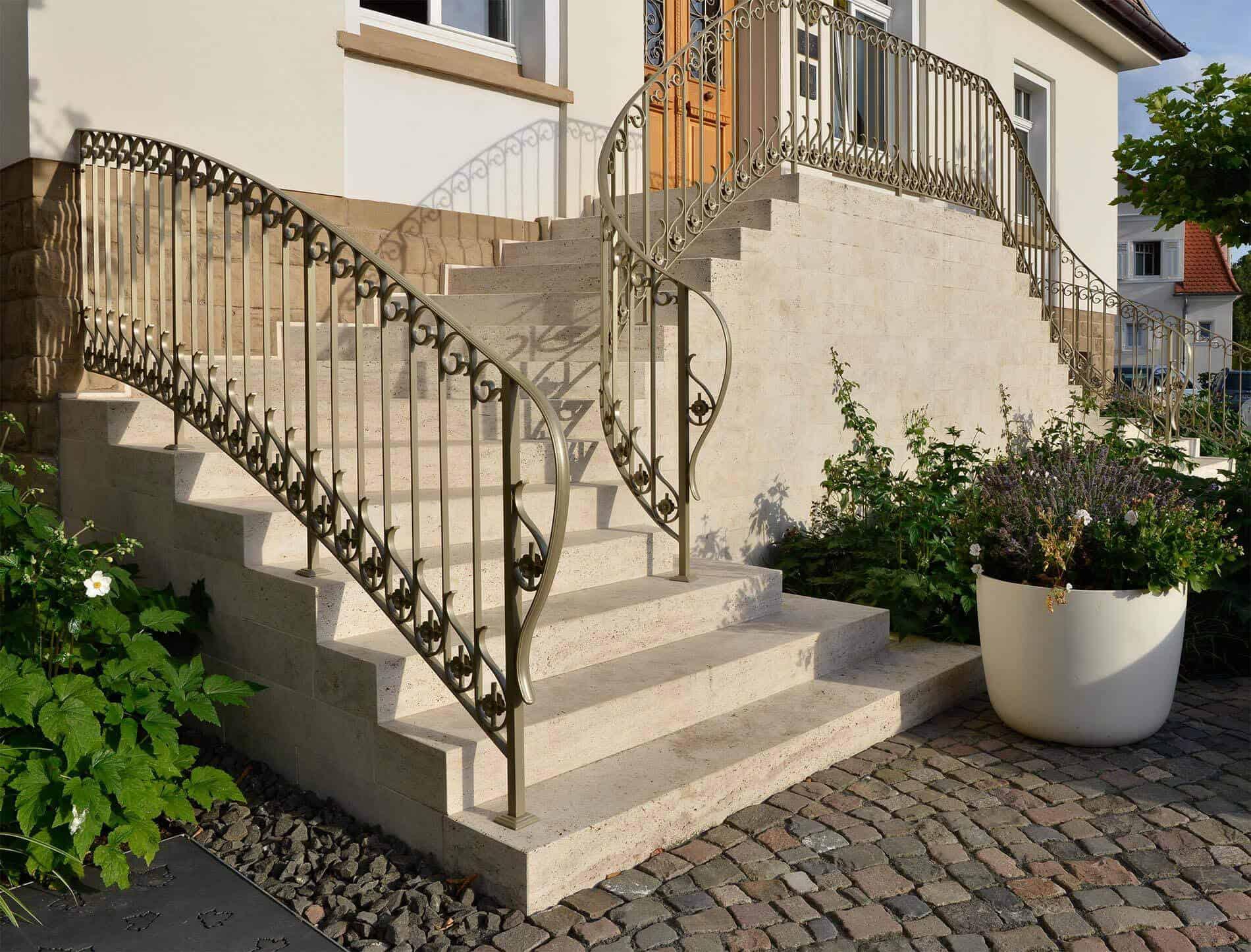Steintreppe mit filigranem Geländer