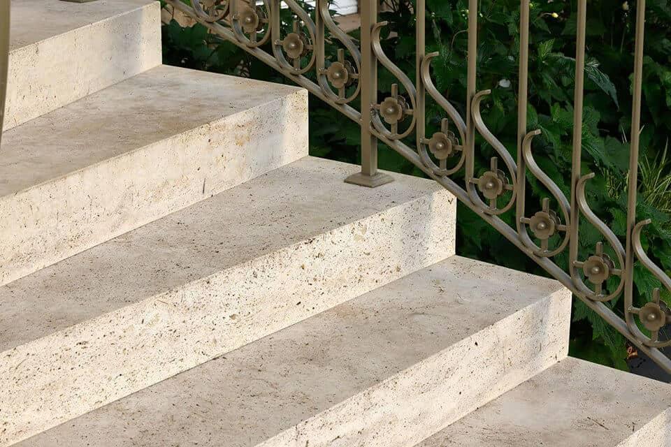 Steintreppe mit langsamem Richtungswechsel