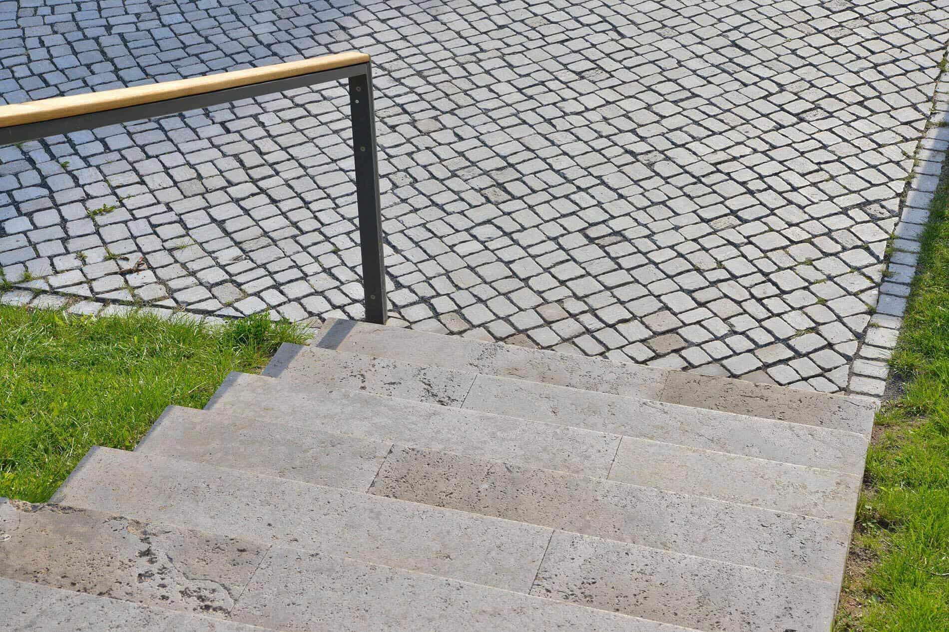 Steintreppe mit minimalistischem Geländer