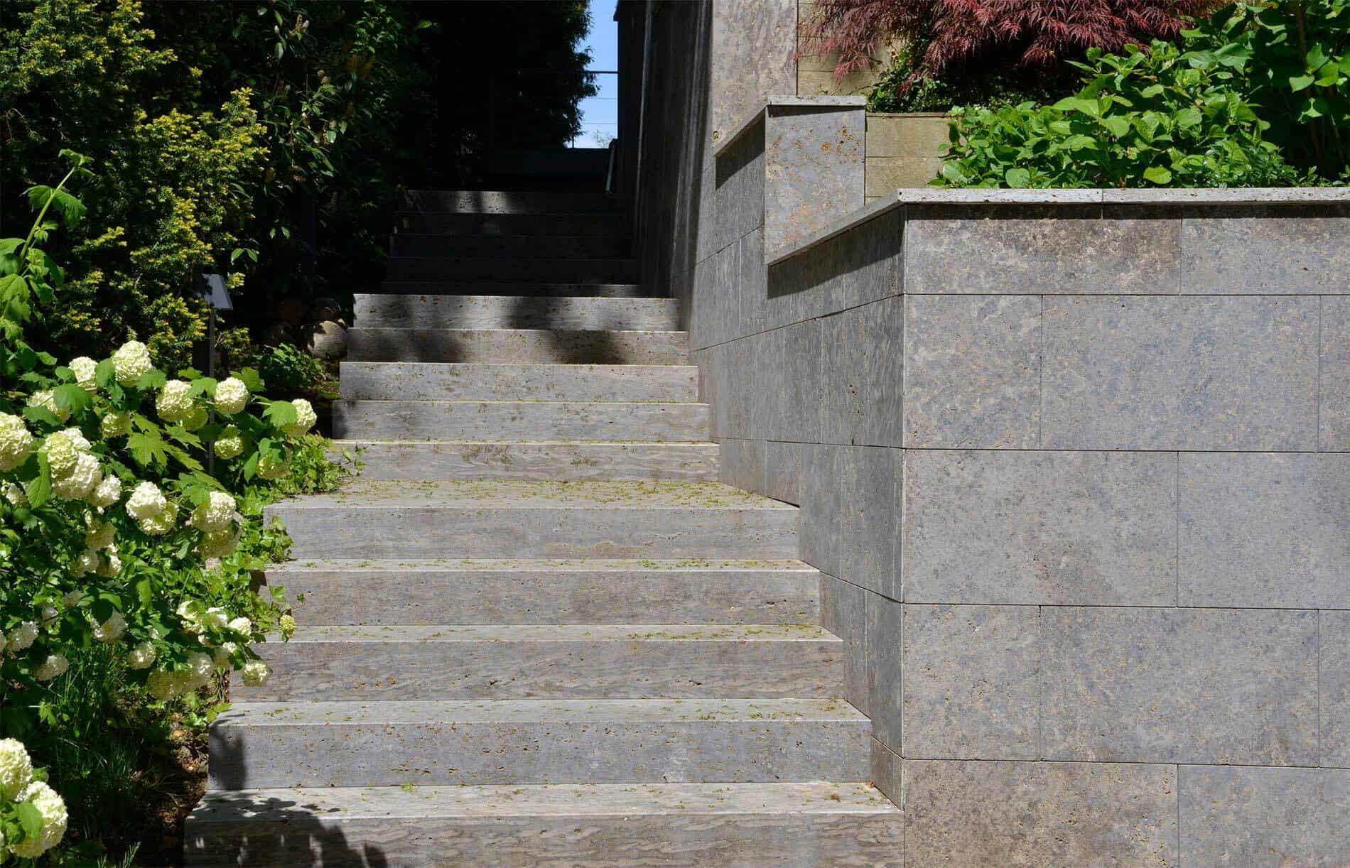 Steintreppe mit passend verkleideter Mauer