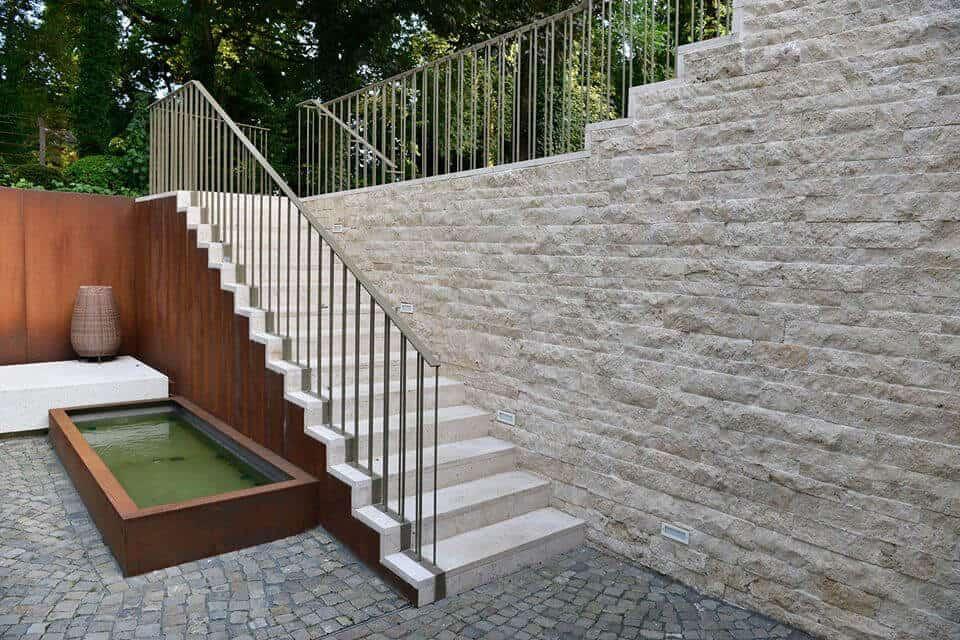 Steintreppe mit rustikaler Wandverkleidung