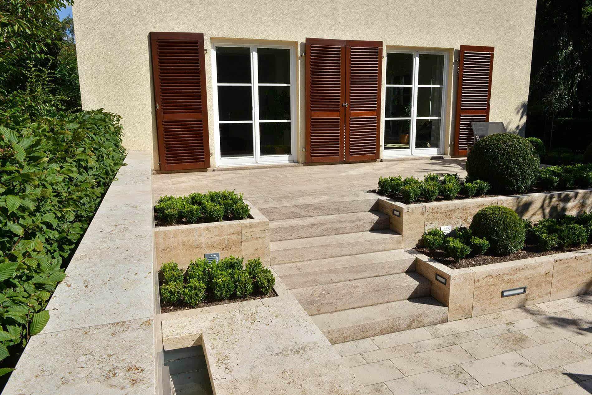 Steintreppe vor der Terrasse mit Bepflanzung