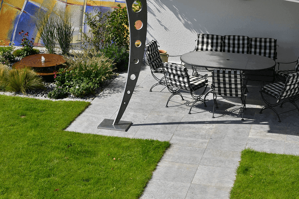 Terrasse aus Natursteinplatten im Quadratverband