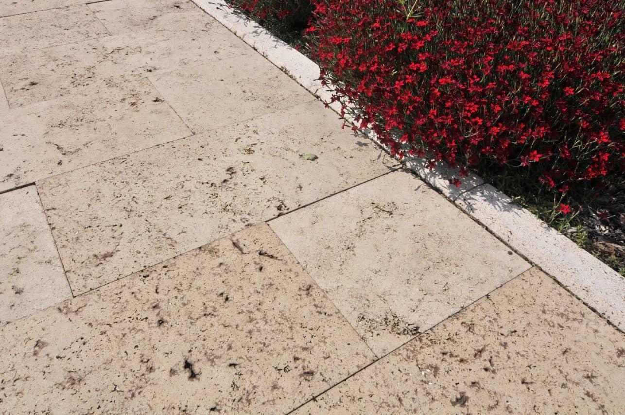 Terrassenplatten mit Blumen