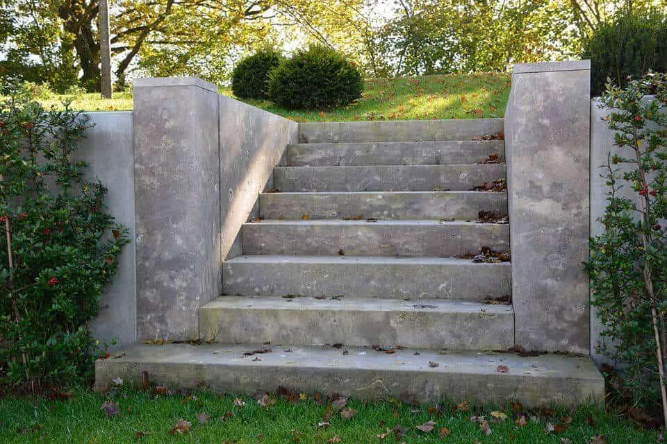Treppe aus Blockstufen in einem Garten mit Hanglage
