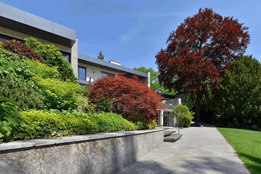 Weg zum Haus aus Natursteinplatten