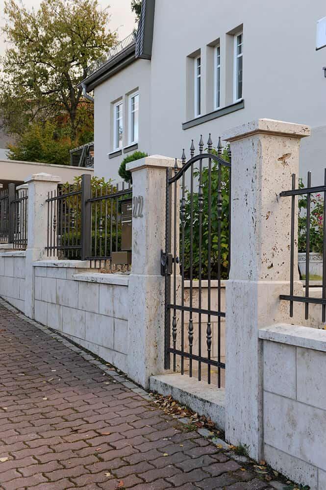 Zaun aus Naturstein