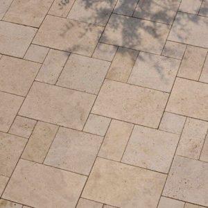 Gartenplatte Travertin Troja hell (Römischer Verband)