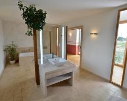 Naturstein für das Bad (Fliesen & Co.) – Vorteile, Kosten & Erfahrungen